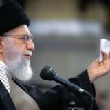 Iran bekræfter at have fængslet den amerikanske statsborger og krigsveteran, 46-årige Michael White. Iran har ikke løsladt nogen amerikanske fanger, siden atomaftalen blev indgået i 2016. Den har USA siden da trukket sig ud af, og nye, hårde sanktioner »uden fortilfælde« er blevet iværksat mod det iranske styre. Det har onsdag fået Ayatollah Ali Khamenei til at kalde Trump-regeringen for »idioter«.