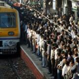 Myldretid på togstation i den indiske megaby Mumbai. Allerede om ni år ventes en anden indisk by, New Delhi, at vippe japanske Tokyo af tronen som verdens største by. Få år forinden overhaler Indien Kina og bliver verdens mest befolkningsrige nation.
