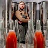 Emil Døi Van Dijk Jensen ejer Rebæl, der producerer cocktails på flaske, og som har ambitionen om at komme ind på hylderne i de danske butikskæder.