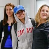 Rahaf Mohammed al-Qunun ankom lørdag til en lufthavn i Toronto i Canada, hvor landets udenrigsminister, Chrystia Freeland (th.), tog imod hende.