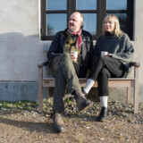 Louise og Thomas Køster droppede deres resepektive jobs i København, og flyttede til Holløse for at skabe Rabarbergaarden. Det har de aldrig fortrudt. Også selvom de aldrig kan holde fri.