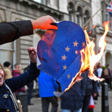 Her er demonstranter fra den hårde Brexit-fløj, som før jul under en demonstration i London brændte EU-flaget af.