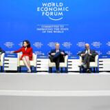 På det ugelange topmøde i Davos samles verdens førende beslutningstagere for at debattere og komme med løsninger på presserende globale udfordringer. Her er det fra venstre fra 2018-mødet Jim Hagemann Snabe og Sheryl Sandberg, bestyrelsesmedlemmer i World Economic Forum, Erik Schmidt, bestyrelsesformand for Google, Satya Nadella, CEO i Microsoft og Vittorio Clao, tidligere adminstrende direktør i Vodafone.
