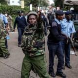 Her ses de kenyanske myndigheder foran hotellet i Westlands, efter de har fået kontrol over situationen.