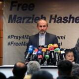 Chefen for TV-kanalen Press TV holder pressekonference om TV-værten Marzieh Hashemis anholdelse. TV-værten ses på plakaten bag ham. Foto: Ritzau/Scanpix