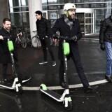 I dag bliver en række motoriserede køretøjer tilladt på cykelstierne herhjemme, og i den forbindelse er transport-, bygnings- og boligminister Ole Birk Olesen (LA) i Aarhus for at prøvekøre et elektrisk løbehjul.