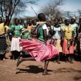 Kvinder fra Pokot-stammen i Katabok, Uganda, danser, inden de skal fortælle om kvindelig omskæring.