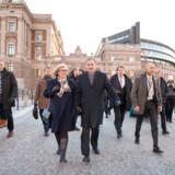 At Stefan Löfven, der her forlader Riksdagen med sin hustru, kunne bevare regeringsmagten efter fire opslidende forhandlingsmåneder i et Sverige, der har valgt 60 procent borgerlige politikere til Riksdagen - det er trods alt en præstation. Men den sker på en ulykkelig baggrund set med borgerlige øjne.