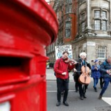 En stribe tyske aktører lige fra formænd for politiske partier over erhvevsorganisationer til tidligere fodboldlandsholdspillere er gået sammen om at sende et »kærlighedsbrev« til Storbritannien. Vil I ikke nok genoverveje jeres beslutning om at forlade EU? I januar har der lydt lignende toner fra en britisk-tyske musiker, der spiller cello foran »House of Parliament« i London.