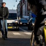 Jens Rebensdorff på et af de nu på cykelstierne tilladte elektriske løbehjul.