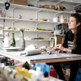 Rose Eken er internationalt anerkendt kunstner for sine naiveistisk og humoristiske keramikkunst - og så er hun Københavner i hjertet og en fast del af bybilledet på Vesterbro. Rose er ved at gøre klar til en udstilling i Paris med musik som omdrejningspunkt.