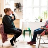Louise Rosaliljah (til højre) har besøgt clairvoyanten Susanne Møller Nielsen. Hun går derfra med fremtidsforudsigelser om, hvornår hun vil møde sit livs kærlighed, og hvornår hun vil falde til ro på sin nye karrierevej. Hun går også derfra med en opfordring om, at hun skal dyrke sin kontakt til »den åndelige side« mere.