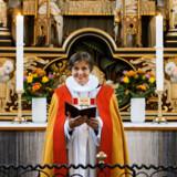 Marianne Gaarden, her i fuldt ornat ved alteret i Maribo Domkirke, blev i 2017 den femte kvinde blandt Danmarks i alt 11 biskopper. Hun er glad for at få rettet projektørlyset mod synet på kvindelige præster. »Men man skal skelne mellem problemet, og hvordan man vil løse det,« siger hun.