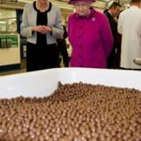 Britiske slikproducenter skrumper deres produkter som en skjult prisstigning. Her besigtiger Dronning Elizabeth produktionen af Maltesers.