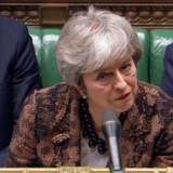 Storbritanniens premierminister, Theresa May, lytter til oppositionsleder Jeremy Corbyn, efter at hun mandag har fremlagt sin plan B for en Brexit-aftale i Parlamentet.