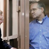 Amerikanske Paul Whelan (t.h.), der er anholdt i Moskva på en anklage om spionage, lytter til sin advokat fra et indelukke i retssalen.