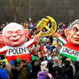Lederen af det polske regeringsparti, PiS, Jaroslaw Kaczynski, og Ungarns premierminister, Viktor Orbán, har fundet plads under det traditionelle »Rosenmontag« karneval-optog i Düsseldorf 2018. Og det skal ikke opfattes som en hyldest.