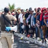 Migranter fra Honduras står i kø til at få deres »humanitære visum« i Hidalgo City, Mexico.