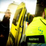Falcks topchef Jakob Riis kører jævnligt med i Falck-ambulancerne, hvor han på nært hold har oplevet, at der kan være et potentiale for mere ambulant behandling i hjemmet. Her er han på vej ud med en ambulance i Region Hovedstaden. Foto: Fotograf: Carsten Snejbjerg/Falck