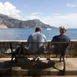 Der kan være flere penge til at nyde pensionen, hvis de forskellige pensionstyper udnyttes rigtigt. Her nyder to ældre udsigten ved Cap Farat i Sydfrankrig. Arkivfoto: Jens Nørgaard Larsen