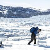 Blandt konsekvenserne af klimaforandringerne er, at iskapperne ved polerne smelter hurtigere og forårsager langvarige havniveaustigninger, habitater vil ændre sig, og dyrearter vil uddø. Her installeres videnskabeligt udstyr på Helheim-gletsjeren i Grønland.