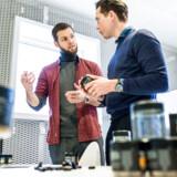 Iværksætter og stifter Johan Bülow (tv.) diskuterer de nye bæredygtige bøtter med virksomhedens adm. direktør Fredrik Nilsson.