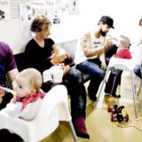 Fædre får fremover øremærket mindst to måneder på barsel, så de f.eks. som her på fotoet kan gå til babyrytmik med deres børn. Arkivfoto: Linda Kastrup