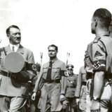 ADOLF HITLER EFTERFULGT AF RUDOLF HESS TIL PARADE HOS UNGDOMSORGANISATIONERNE I NUERNBERG I 1934.
