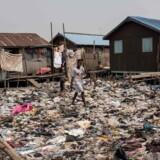 I 1990 levede 36 pct. af verdens befolkning i absolut fattigdom, det tal var i 2015 faldet til ti pct. Tallet er nu formentlig nede på otte pct. Her fiskerlejet Bariga i Nigeria
