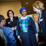 Phumzile Mlambo-Ngcuka, topchefen for UN Women (midterst i blåt), var fredag i København for at sætte fokus på kvinder og ligestiling. Hun konstaterede, at der er en underrepræsentation af kvinder i næsten alle beslutningstagende enheder. »Men det er ikke rocket science at inkludere kvinder i beslutningstagning. Et voksende antal kvinder har forudsætningen for deltage. Flere kvinder kommer ud af universiteterne, men de bliver ikke udnævnt til de vigtige stillinger.« sagde hun.