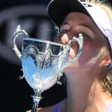 Clara Tauson kyssede sit nye trofæ efter sejren i Australian Open. William West/Ritzau Scanpix