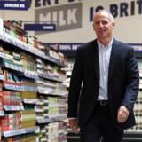 Dave Lewis har siden 2014 været adm. direktør for Tesco og har gennemført flere fyringsrunder. Nu overvejer han at sige farvel til endnu flere medarbejdere.