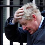 Boris Johnson (på talerstolen) giver den gerne som folkets mand i opgør mod eliten. I virkeligheden tilhører han i den grad selv eliten – han gik på kostskolen Eton og derefter på Oxford University, bl.a. sammen med David Cameron.