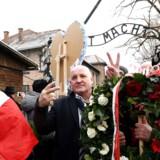 I søndags vakte polske højrefløjs-aktivister under ledelse af Piotr Rybak (i midten) skandale, da de på den internationale Auschwitz-dag demonstrerede ved KZ-lejren Auschwitz-Birkenau i det sydlige Polen, mens en mindehøjtidelighed for mordet på 1,1 mio. mennesker, hvoraf en mio. var jøder, samme dag fandt sted inde i lejren. Rybak mener, at den polske regering mindes de jødiske ofre, men ikke de polske.