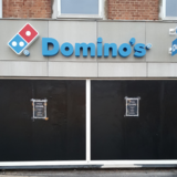 Domino's Pizza i Herlev havde fra den ene dag til den anden sorte plader for vinduerne.