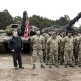 Forsvarsminister Claus Hjort Frederiksen har kun akkurat lukket en aftale om ekstra milliarder til forsvaret, før politikerne strides om, hvad pengene skal bruges til.