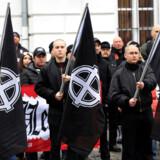 Hver niende dansker er åben for en stærk leder, der styrer landet uden hensyn til Folketinget eller vælgerne, og mange steder i Europa og USA vinder antidemokratiske tanker fram. Her markerer ungarske nynazister »Ærens dag« i Budapest, hvor man ærer »heroiske« SS-tropper.