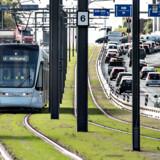 »Letbanen er ganske enkelt et godt alternativ til bilen, og mange vælger den,« skriver Jeppe Vejlby Brogård, arkitekt, medlem af omegnskommunernes projektgruppe om letbane i Ring 3. Her ses letbanetoget i Aarhus.