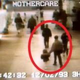 Gerningsøjeblikket: Den toårige James Bulger bliver bortført i et shoppingcenter i Liverpool af de to tiårige drenge – Jon Venables, som på overvågningsbilledet holder ham i hånden. Og Robert Thompson, som går nogle få skridt foran dem.