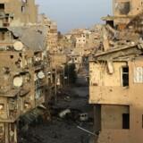 Selv om IS er trængt tilbage og har mistet deres territoriale kontrol, så er de ikke endeligt slået. Truslen mod Vesten er altså fortsat alvorlig, og derfor må kampen fortsætte, siger Anders Samuelsen. Her ses ødelagte bygninger i Deir al-Zor i det østlige Syrien.