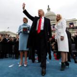 Præsident Donald Trump hilser på publikum i forbindelse med sin indsættelse som USAs 45. præsident i Washington, D.C. 20. januar 2017. Nu er hans indsættelsesfond, der rejste et rekordstort beløb på over 100 mio. dollar, under efterforskning og mistanke for ulovligheder.