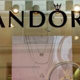 For første gang i fem år står væksten stille hos Pandora. Smykkeselskabet starter sparerunde, der skal give besparelser på 1,2 milliarder kroner, viser årsregnskab.