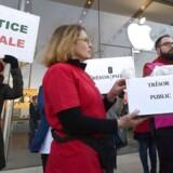 Medlemmer af den franske aktivistorganisation Association pour la Taxation des Transactions financières et pour l'Action Citoyenne (ATTAC), der kæmper mod skatteunddragelse og for retfærdig skat, protesterer 30. januar foran en Apple-butik i Aix-en-Provence. Nu afregner Apple. Arkivfoto: Boris Horvat, AFP/Ritzau Scanpix