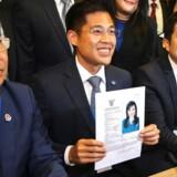 Thai Raksa Charts partileder Preechapol Pongpanich viser godkendelsen af kandidaturet for Thailands prinsesse Ubolratana Rajakanya Sirivadhana Barnavadi.