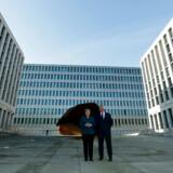 Fredag åbnede kansler Angela Merkel i Berlin verdens største hovedkvarter for en efterretningstjeneste. Bygningens størrelse står i skarp kontrast til den forgangne uge i tysk udenrigspolitk. Kun 20 procent af tyskerne mener, at deres land har indflydelse på verdenspolitikken.