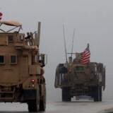 Arkivfoto fra 30. december 2018 af amerikanske køretøjer i det nordlige Syrien. Trump overraskede mange, da han før jul sagde, at det er slut med Islamisk Stat, og USA's styrker skal hjem fra Syrien. Men nu trækker hans regering i land.