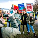 Hollandske studerende deltager i en demonstration om klimaforandringer.