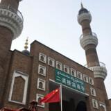 Øjenvidner beretter, at borgere kan blive fængslet for at have skæg, bære slør eller tørklæde eller at bede uden for de officielle moskeer i Xinjiang-provinsen.