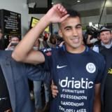 Fodboldspilleren Hakeem al-Araibi landede tirsdag morgen i Melbourne efter at have været fængslet i Thailand siden slutningen af november som følge af en anholdelsesordre fra Bahrain. Stringer/Reuters