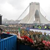 Ved Teherans frihedsmonument samledes iranere mandag for at høre præsident Hassan Rouhani tale til dem om den krig, som Iran »forsvarer sig mod«. Den, han kaldte for »en psykologisk og økonomisk krig, som bliver ført mod os af onde fjender«. Med andre ord: USAs sanktioner.